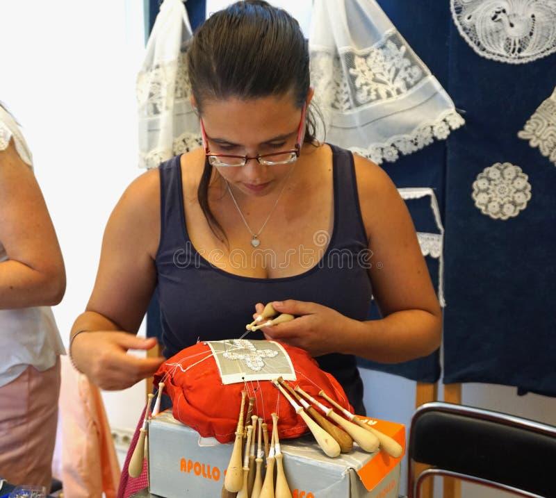 PAG, Croazia, il 23 giugno 2018 nono festival internazionale del pizzo Il creatore del pizzo della donna dall'Ungheria fa un pizz fotografia stock libera da diritti