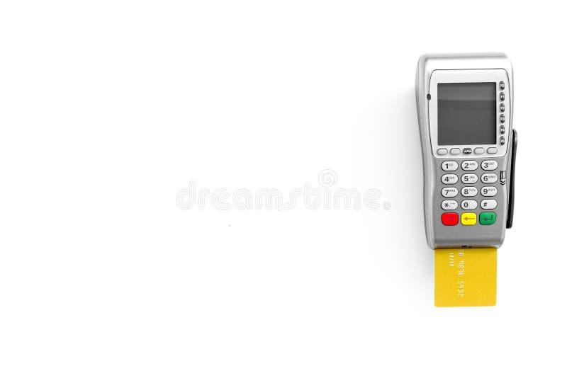 Paga dalla carta Carta assegni inserita in terminale di pagamento sullo spazio bianco di vista superiore del fondo per testo fotografia stock libera da diritti