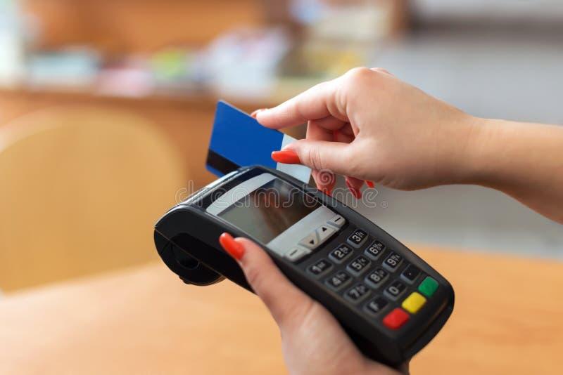 Paga de la mujer por la tarjeta de crédito fotografía de archivo