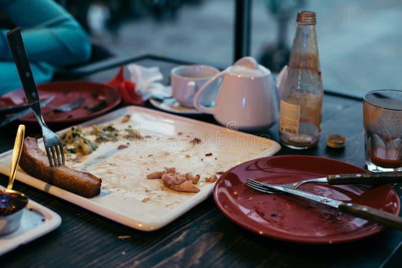Paga de sobra de la comida para la comida después de comer hacia fuera fotos de archivo libres de regalías
