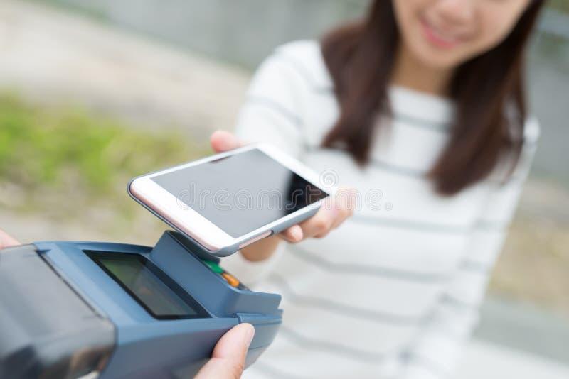 Paga del cliente por el teléfono móvil fotos de archivo libres de regalías