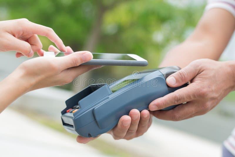 Paga del cliente por el teléfono móvil fotografía de archivo libre de regalías
