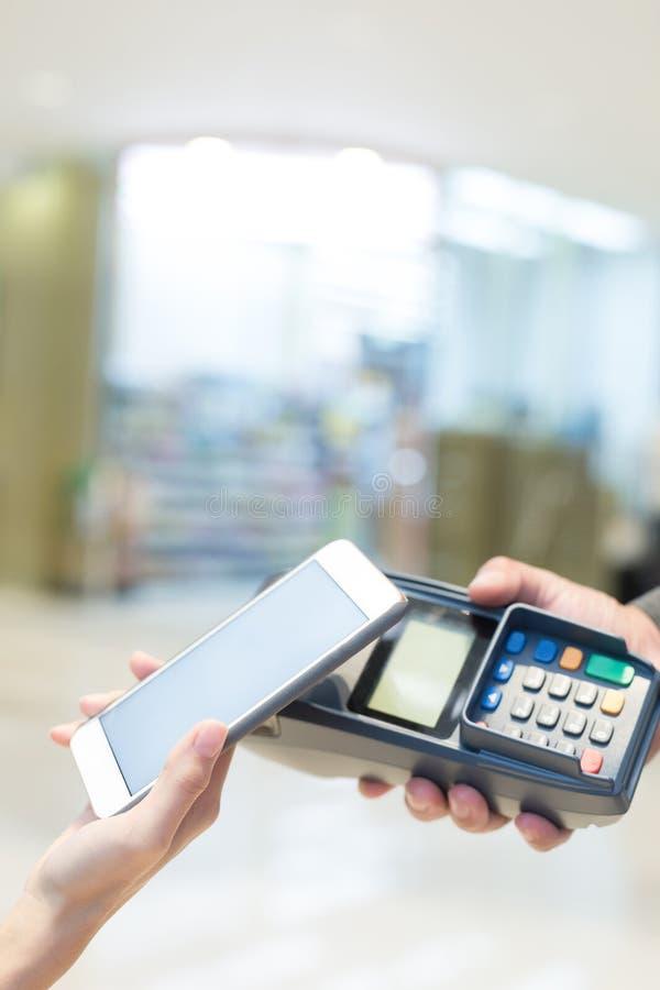 Paga del cliente por el teléfono móvil imagen de archivo libre de regalías