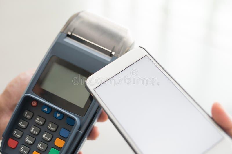 Paga del cliente por el teléfono móvil imagen de archivo