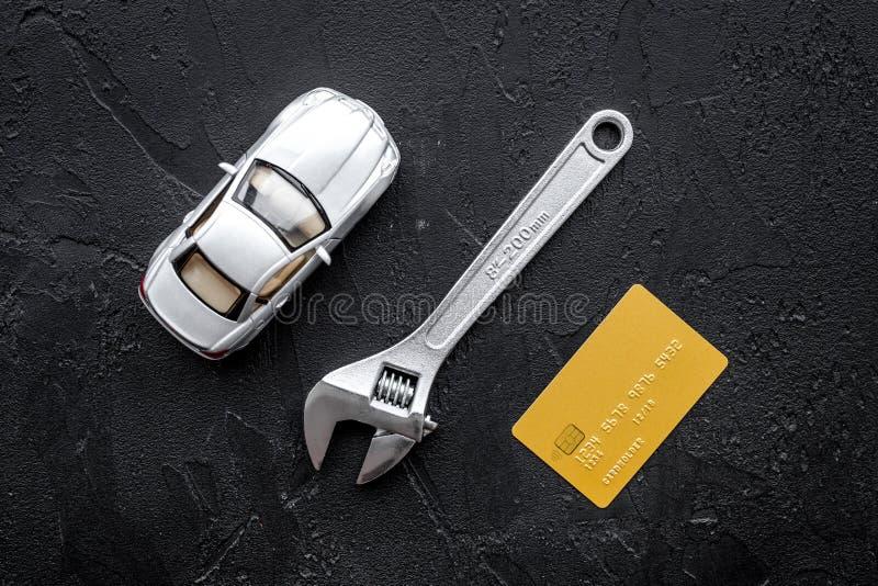 Paga per la riparazione dell'automobile Strappi vicino ai giocattoli ed alla carta assegni dell'automobile sulla vista superiore  immagini stock libere da diritti
