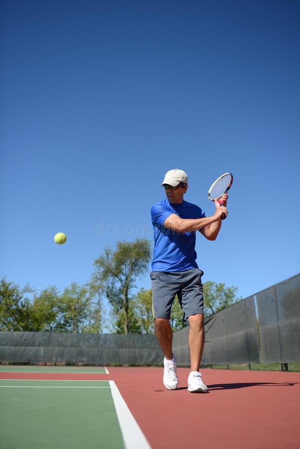 Pagador do tênis que retuning uma esfera fotografia de stock
