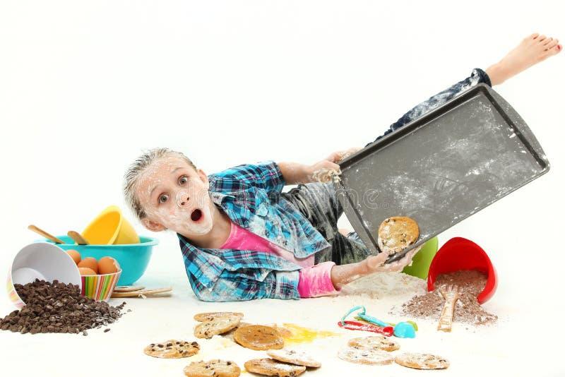 Pagaille de biscuits de traitement au four d'enfant photos libres de droits