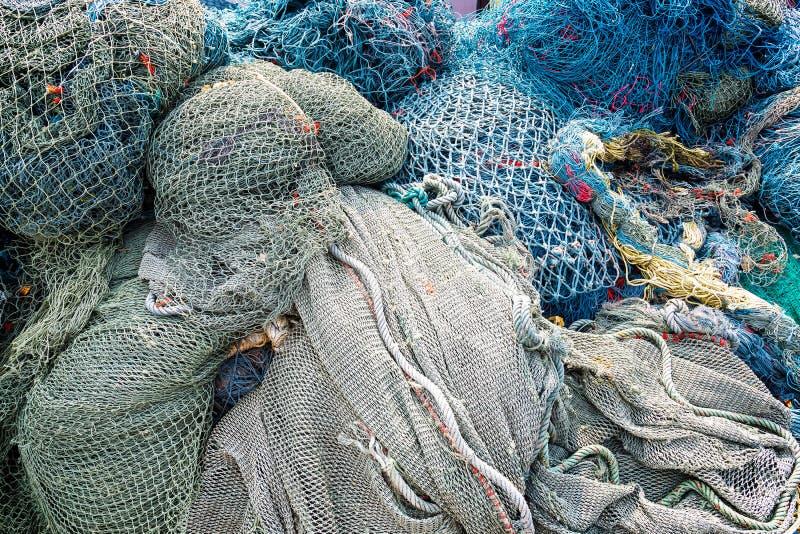 Pagaille de configuration de filets de pêche empilée au port photos libres de droits