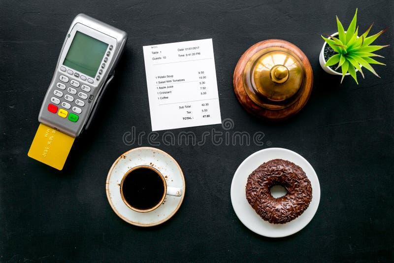 Pagamenti elettronici Paghi la fattura dal concetto della carta Carta assegni inserita in terminale di pagamento vicino alla fatt fotografia stock