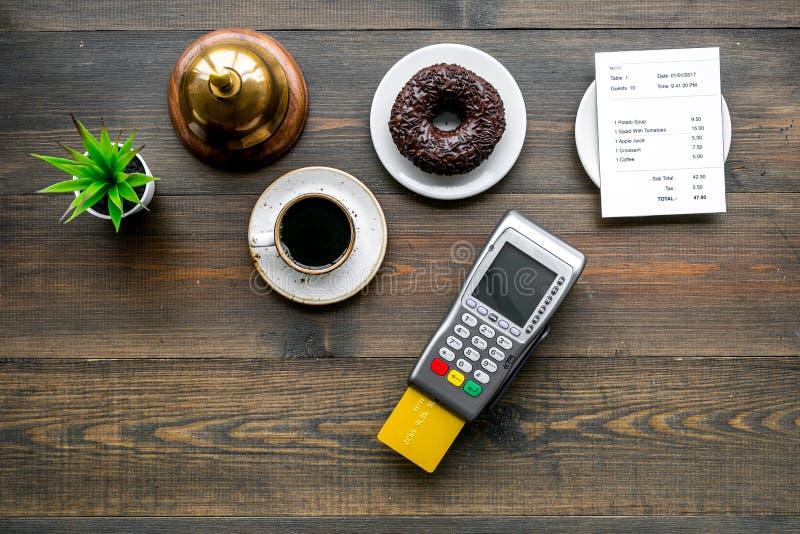 Pagamenti elettronici Paghi la fattura dal concetto della carta Carta assegni inserita in terminale di pagamento vicino alla fatt fotografie stock libere da diritti
