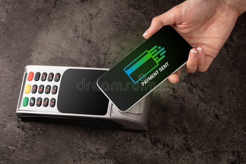 Pagamento accettato con il telefono cellulare fotografia stock libera da diritti