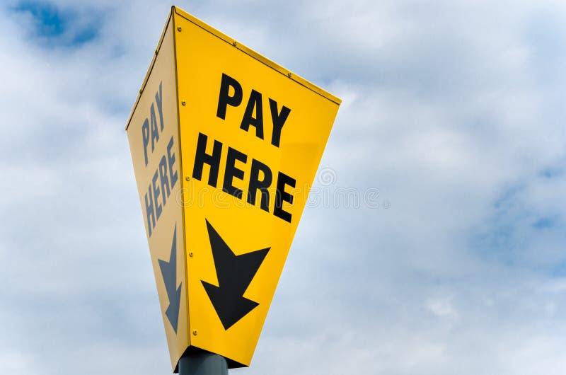 Pagamento amarelo da leitura do sinal aqui foto de stock royalty free