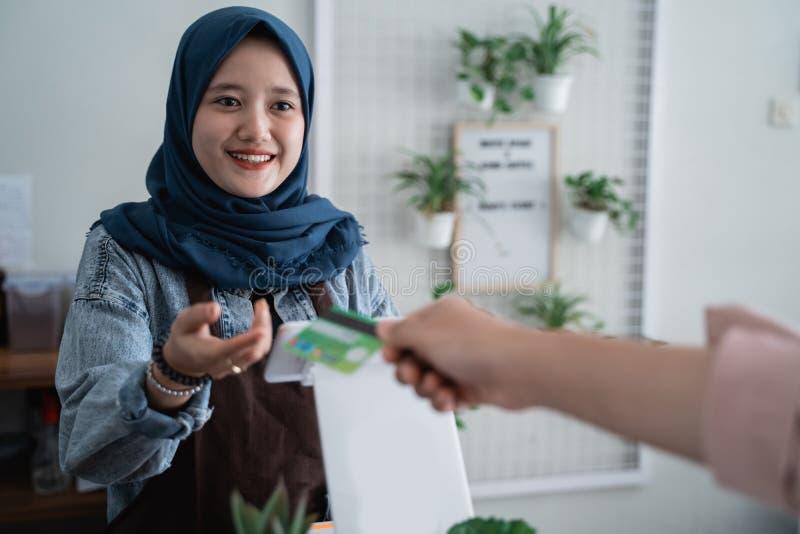 Pagamento con carta di credito in caff? fotografie stock libere da diritti