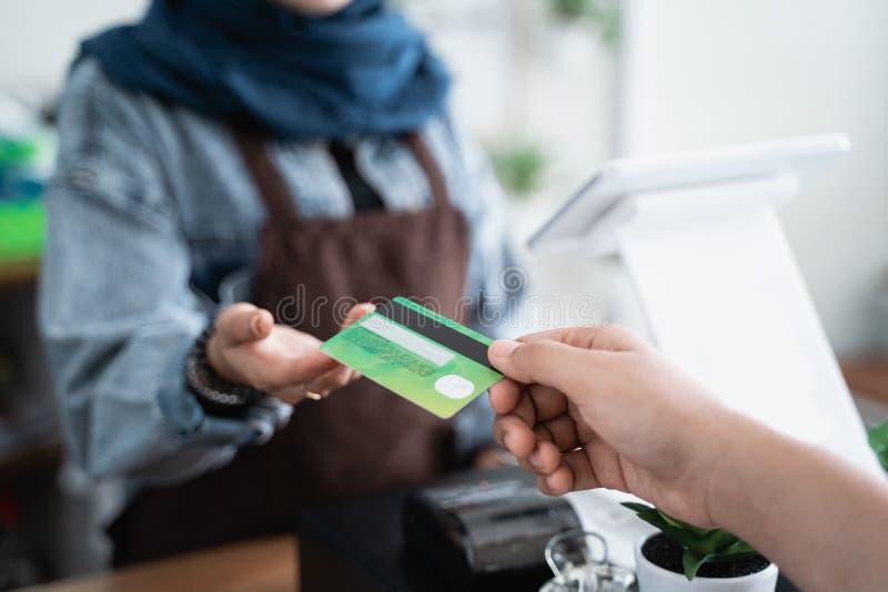 Pagamento con carta di credito in caff? fotografie stock