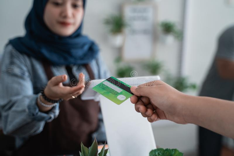 Pagamento con carta di credito in caff? immagini stock libere da diritti