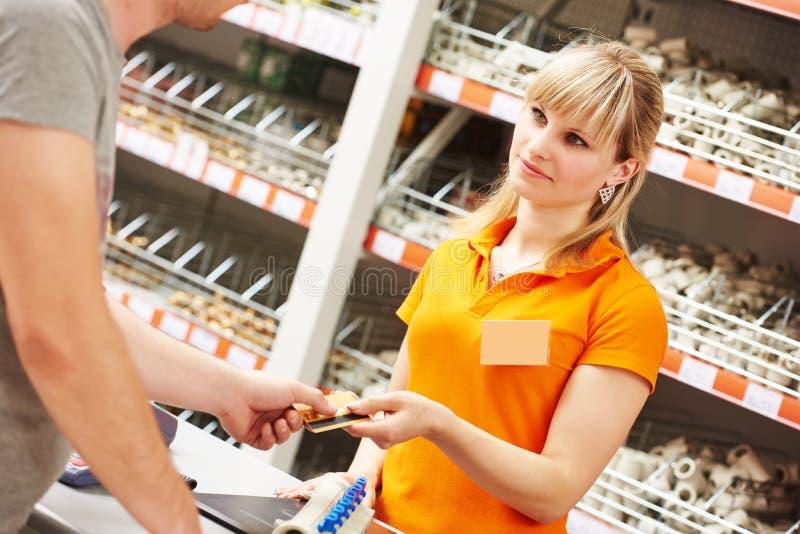 Pagamento con carta di credito in negozio fotografia stock libera da diritti