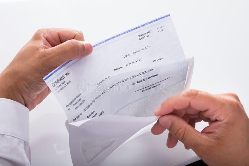 Pagamento de Opening Envelope With do homem de neg?cios fotos de stock