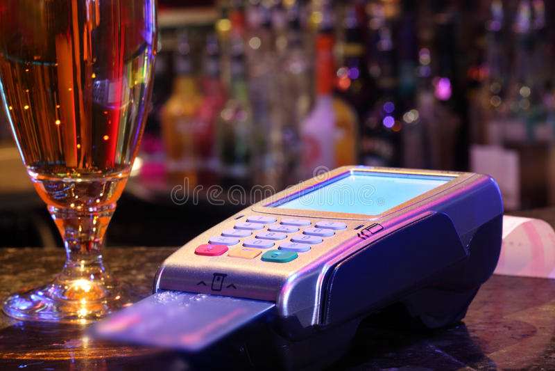 Pagamento della bevanda con la carta di credito immagini stock libere da diritti