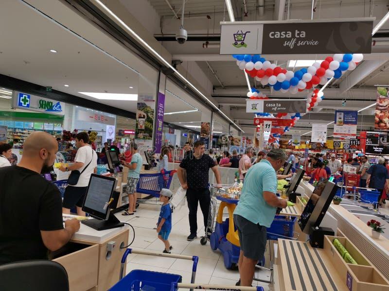 Pagamento della carta del registratore di cassa al Carrefour Vulcan, Romania fotografia stock