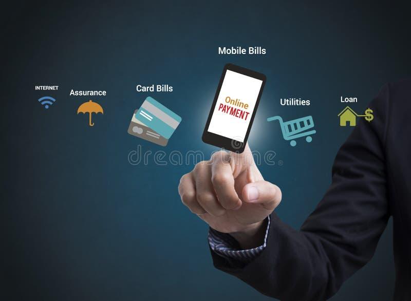 Pagamento em linha no telefone celular conceito que seleciona pagar de compra fotografia de stock royalty free