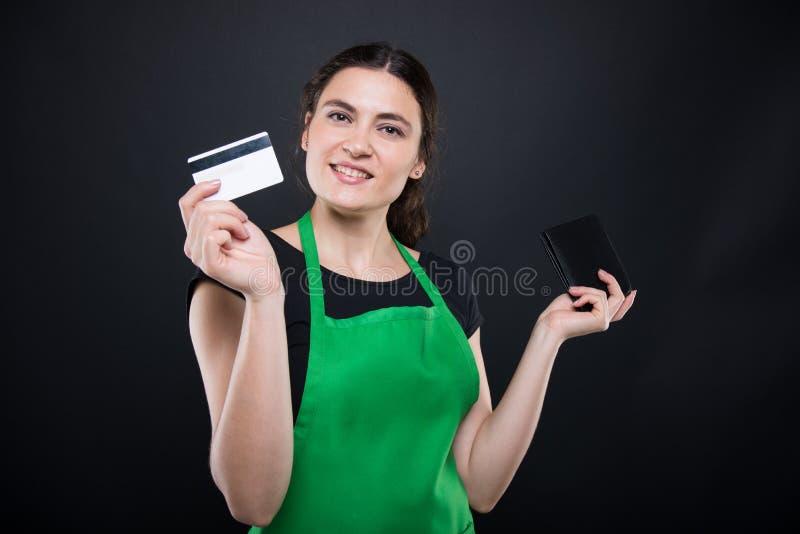 Pagamento felice della carta della presa degli impiegati dal portafoglio fotografie stock