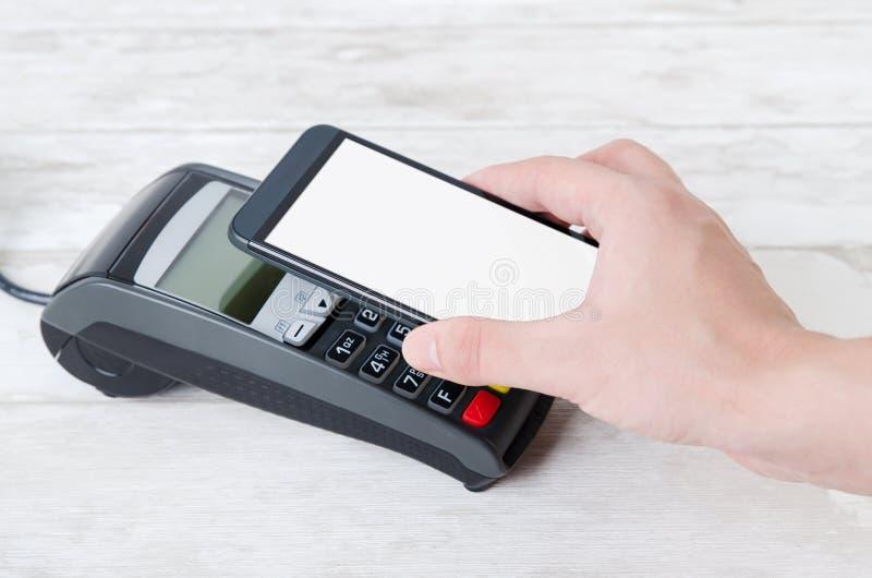 Pagamento móvel com telefone esperto imagens de stock royalty free