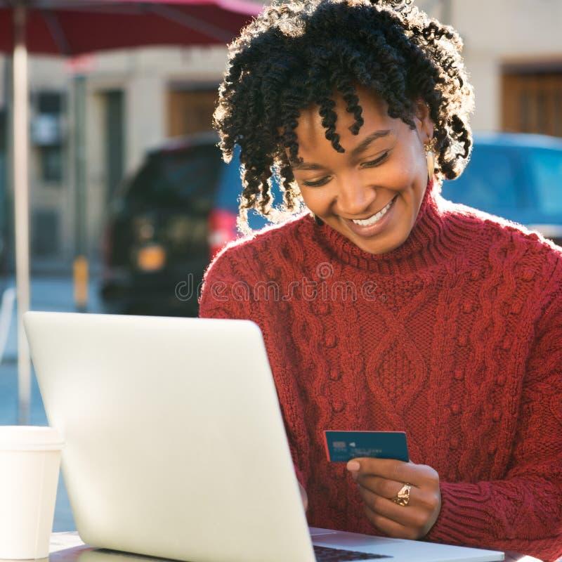 Pagamento online con la carta di credito fotografia stock
