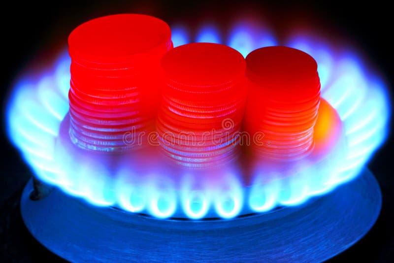 Pagamento para o gás Tocha do dinheiro e do gás imagens de stock royalty free