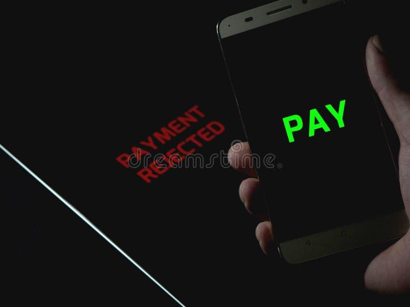 Pagamento sem contato entre smartphone e tablet pagamento sem caixa - pagamento rejeitado fotografia de stock royalty free