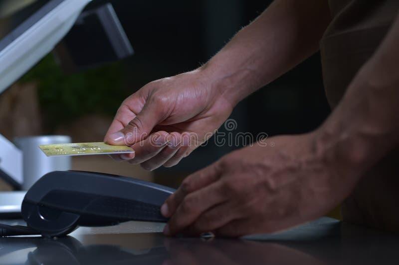 Pagamento in un commercio con la carta di credito del sistema del nfc fotografia stock