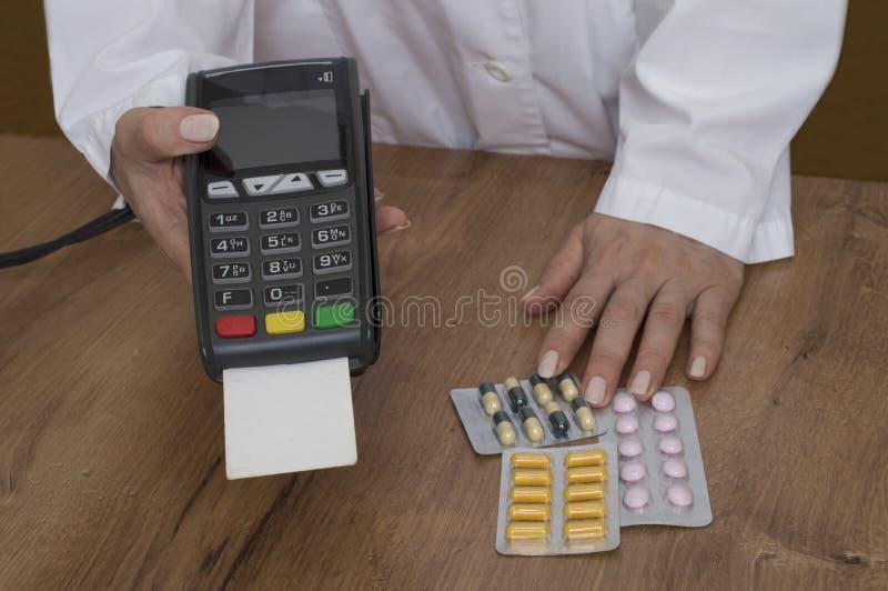 Pagando con il terminale di pagamento in farmacia immagine stock libera da diritti