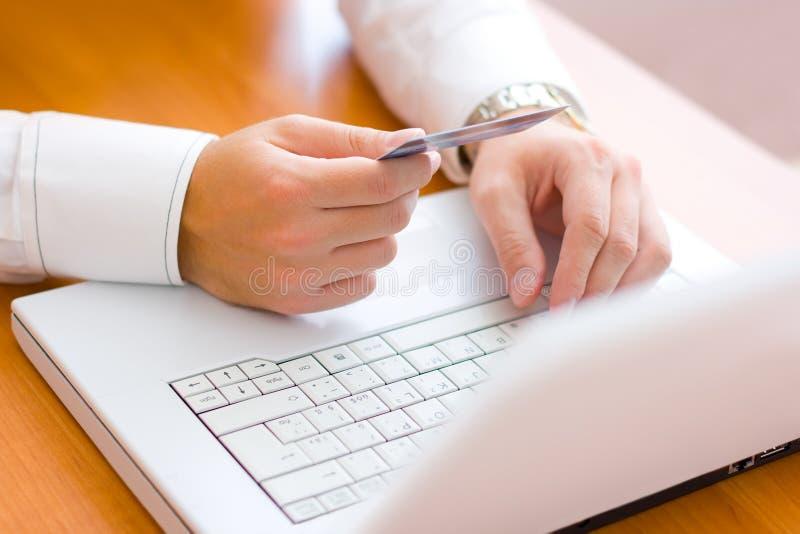 Pagando con la carta di credito fotografia stock