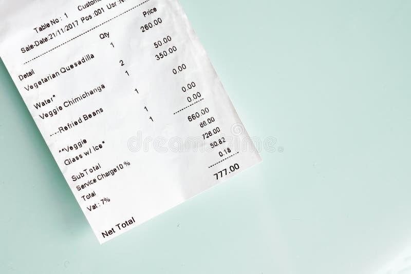 Pagando a verificação pelo almoço no fundo de vidro da tabela Número afortunado a pagar imagem de stock