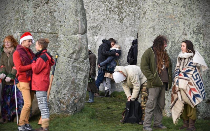 Pagans och druider markerar vintersolståndet på Stonehenge royaltyfria bilder