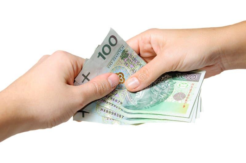 Pagar com notas de banco polonesas - zloty 100 fotografia de stock