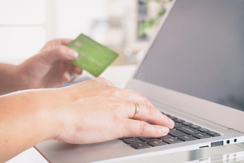 Pagar em linha com cartão de crédito foto de stock