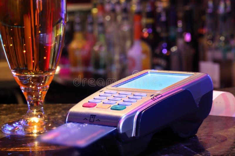 Pagar la bebida con la tarjeta de crédito imágenes de archivo libres de regalías