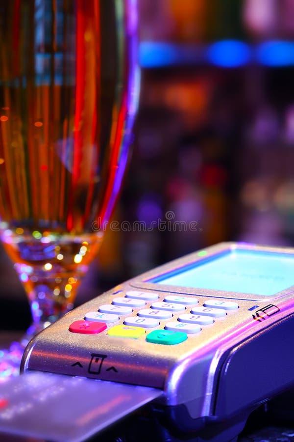 Pagar la bebida con la tarjeta de crédito fotos de archivo