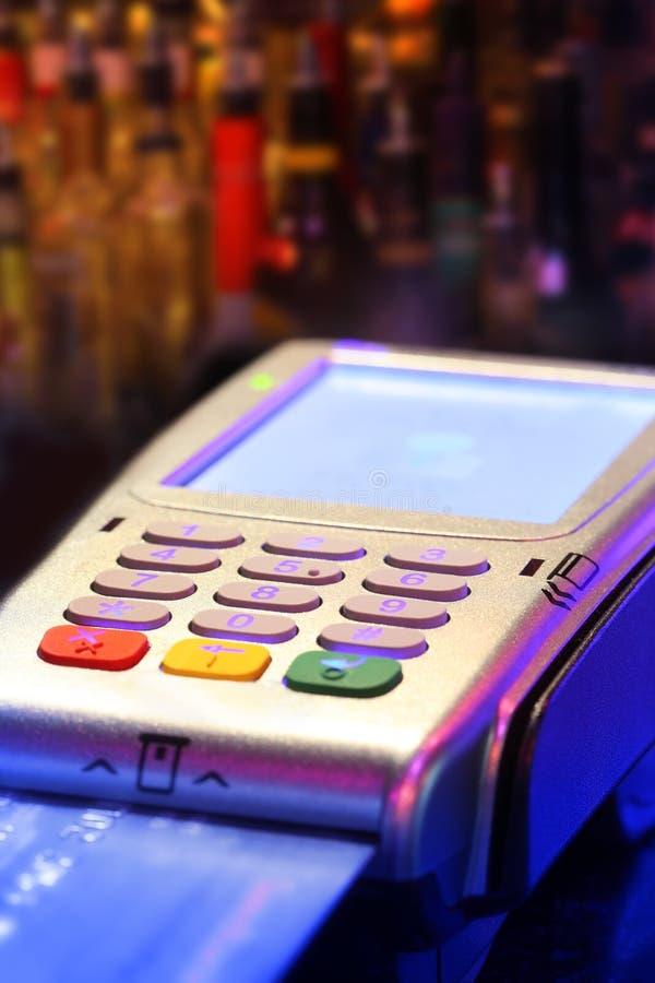 Pagar la bebida con la tarjeta de crédito imagenes de archivo