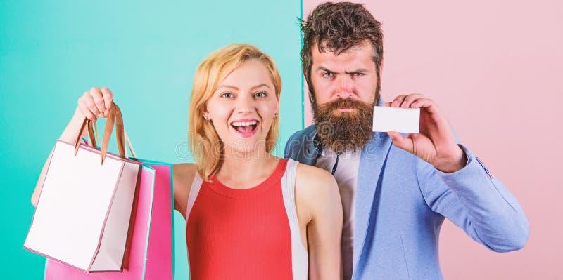 Pagar la dataci?n del rato Pares con los bolsos de lujo en centro comercial Los pares gozan el hacer compras Cr?dito barbudo del  imagenes de archivo