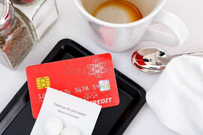 Pagar la mofa de la cuenta del restaurante encima de de la tarjeta de crédito fotos de archivo libres de regalías