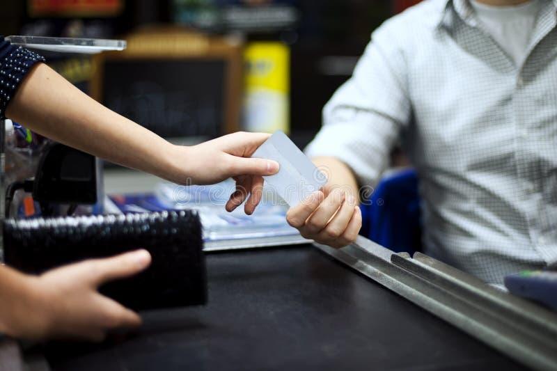Pagar la tarjeta de crédito compras foto de archivo libre de regalías