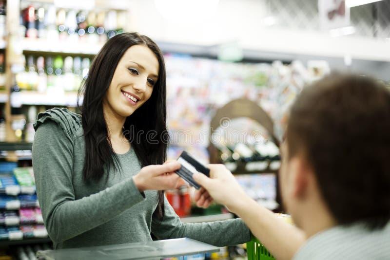 Pagar la tarjeta de crédito compras imagen de archivo