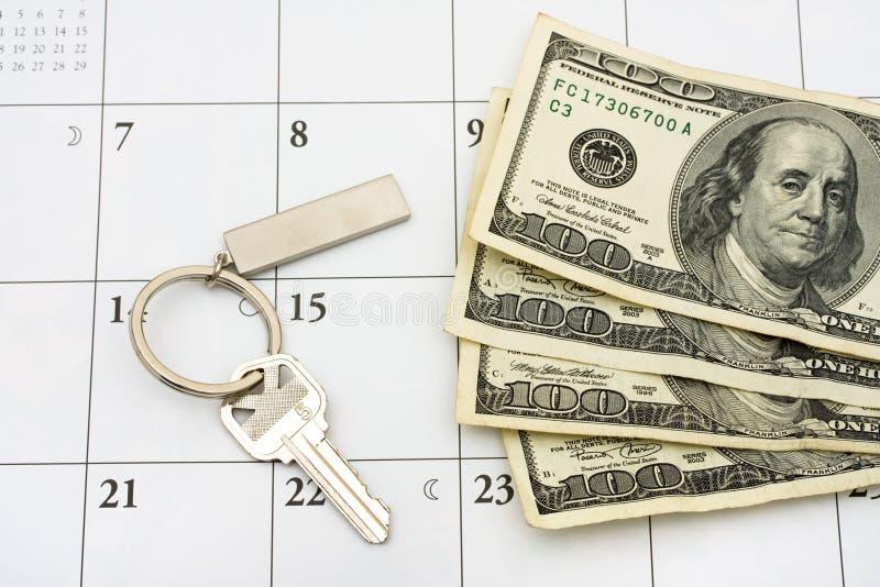 Pagar su hipoteca el tiempo fotos de archivo libres de regalías