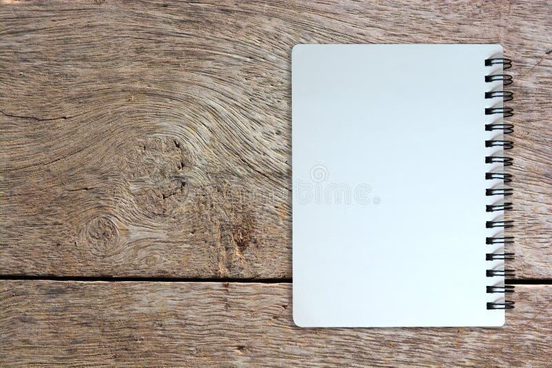 Page blanc de carnet sur la texture en bois photos stock