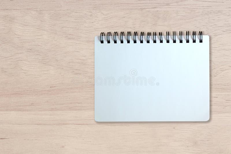 Page blanc de carnet sur la texture en bois photo stock