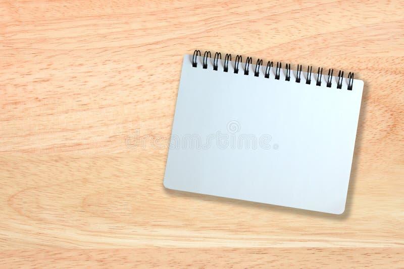 Page blanc de carnet sur la texture en bois image stock