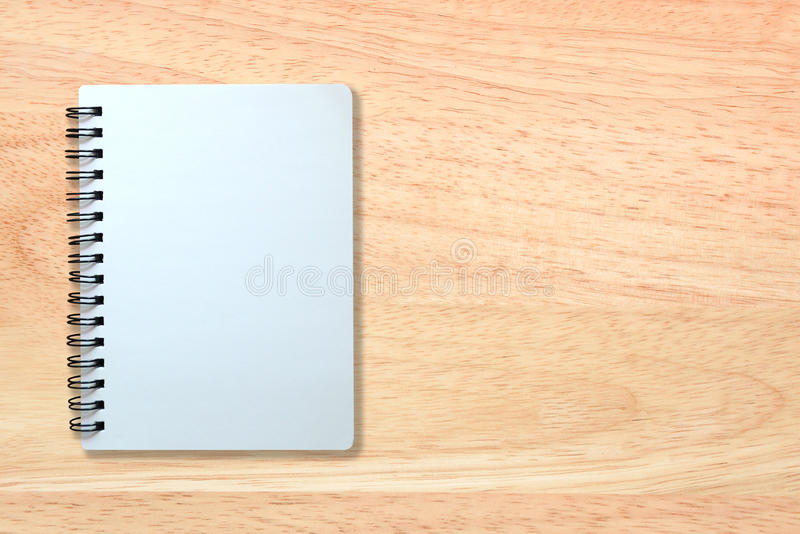 Page blanc de carnet sur la texture en bois photo libre de droits