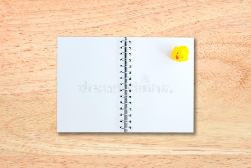 Page blanc de carnet sur la texture en bois image libre de droits