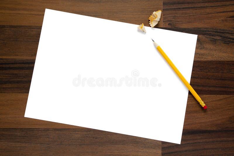 Page blanc de papier, de crayon et de copeaux sur le bureau image stock